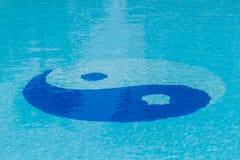 Símbolo de Yin Yang en la piscina Foto de archivo libre de regalías