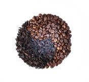 Símbolo de Yin yang hecho con los granos de café Fondo blanco fotografía de archivo libre de regalías
