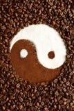 Símbolo de Yin yang hecho fuera de los granos de café Foto de archivo libre de regalías
