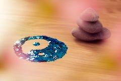 Símbolo de Yin yang na madeira com as pedras empilhadas do zen imagem de stock royalty free