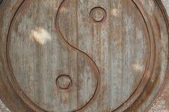 Símbolo de Yin-Yang tallado en puerta de madera fotografía de archivo