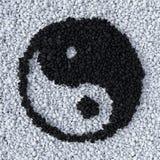 Símbolo de YinYang hecho de la grava Foto de archivo libre de regalías