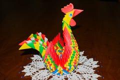 Símbolo del año de la papiroflexia del papel coloreado del gallo Fotografía de archivo