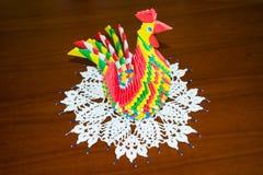 Símbolo del año de la papiroflexia del papel coloreado del gallo Imagen de archivo libre de regalías