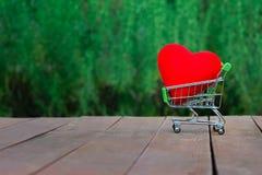 Símbolo del amor contra la perspectiva de una pared Imagen de archivo libre de regalías