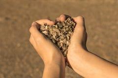 Símbolo del corazón con las manos y las piedras fotografía de archivo