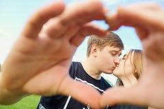 Símbolo del corazón de las manos de un par cariñoso Fotografía de archivo