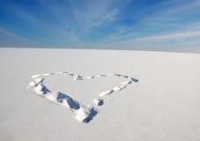 Símbolo del corazón del amor en la nieve Fotos de archivo libres de regalías