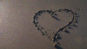 Símbolo del corazón dibujado a mano en la arena almacen de video