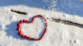 Símbolo del corazón en fondo de madera y de la nieve Día del `s de la tarjeta del día de San Valentín Foto de archivo libre de regalías