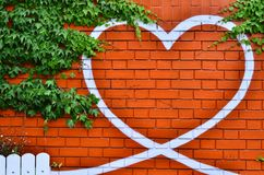 Símbolo del corazón en la pared de ladrillo Fotografía de archivo