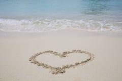 Símbolo del corazón en la playa de la arena Foto de archivo libre de regalías