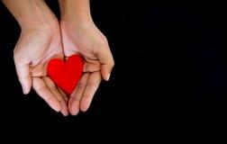 Símbolo del corazón en manos fotografía de archivo