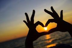 Símbolo del corazón hecho con las manos Fotografía de archivo libre de regalías