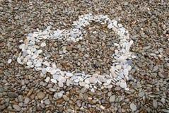 Símbolo del corazón hecho de guijarros Fotos de archivo libres de regalías