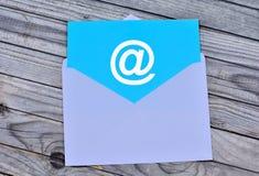 Símbolo del correo electrónico en el sobre blanco fotos de archivo libres de regalías