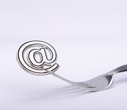 Símbolo del correo electrónico en una bifurcación Imagen de archivo
