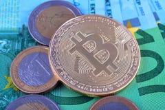 Símbolo del cryptocurrency de Bitcoin en el fondo del euro Foto de archivo libre de regalías