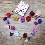 Símbolo del día del ` s de la tarjeta del día de San Valentín Caja de regalo con el grupo de rosas en forma de corazón en la tabl imagen de archivo