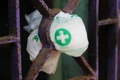 Símbolo del doctor en una bolsa de plástico situado en una parrilla del hierro fotos de archivo libres de regalías