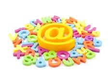 Símbolo del email y cartas coloridas Imagen de archivo libre de regalías