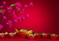 Símbolo del lingote del Año Nuevo de la decoración del ciruelo del flor chino y de oro Imágenes de archivo libres de regalías