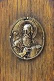 Símbolo del metal de Juan el evangelista del libro ortodoxo viejo del evangelio datado del 1840 fotos de archivo
