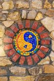 Símbolo del mosaico de Yin y de yang en la pared de piedra imagen de archivo