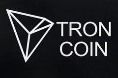 Símbolo del nuevo cryptocurrency - moneda de Tron en fondo negro del grunge Imagenes de archivo