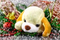 Símbolo del perro de juguete del Año Nuevo 2018 rodeado por los elementos de la Navidad y las ramas decorativos del abeto Fotos de archivo