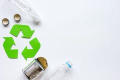 Símbolo del reciclaje de residuos con basura en la mofa blanca de la opinión superior del fondo para arriba Imagen de archivo