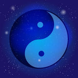 Símbolo del yin y de yang, el emblema del taoísmo en el fondo cósmico del universo Diseño para la meditación, espiritual Fotos de archivo libres de regalías