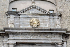 Símbolo detallado del sol de la ciudad en la arcada a Solsona, España Foto de archivo libre de regalías