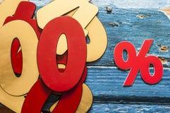 símbolo do ícone do disconto dos por cento em um fundo de madeira Fotos de Stock Royalty Free