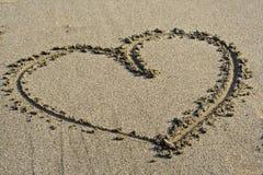 Símbolo do amor na areia fotografia de stock royalty free