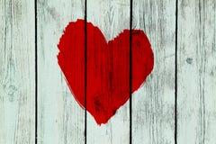 Símbolo do amor na parede de madeira velha Imagens de Stock Royalty Free