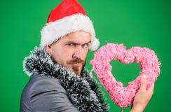 Símbolo do coração da posse do moderno do amor Traga o amor ao feriado da família Amor espalhado ao redor Homem no chapéu feliz d imagem de stock