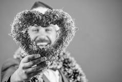 Símbolo do coração da posse do moderno do amor Traga o amor ao feriado da família Homem no chapéu feliz de Santa do desgaste do a foto de stock royalty free