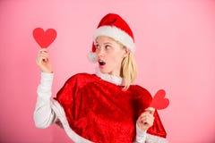 Símbolo do coração da posse da mulher do amor Traga o amor ao Natal do feriado da família Eu amo o Natal Traje feliz de Santa do  fotografia de stock