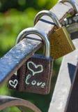 Símbolo do coração do amor Fechamento do grupo Corrente com muitos cacifos do metal Imagem de Stock Royalty Free