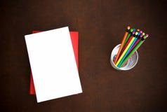 Símbolo do desktop do escritor com livros e os lápis coloridos fotografia de stock royalty free