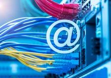 Símbolo do email no interruptor e nos cabos ethernet de rede fotos de stock
