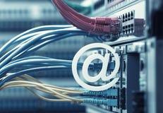 Símbolo do email no interruptor e nos cabos ethernet de rede fotos de stock royalty free