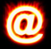 Símbolo do email que queima-se com as flamas vermelhas amarelas Imagens de Stock