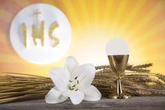 Símbolo do Eucaristia do pão e o vinho, o cálice e o anfitrião, primeiro comm fotos de stock