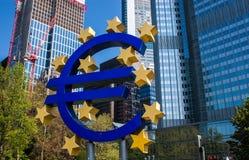 Símbolo do Euro em Francoforte Foto de Stock Royalty Free