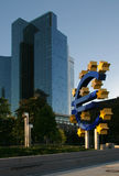 Símbolo do Euro em Francoforte entre arranha-céus Imagens de Stock