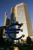 Símbolo do Euro em Francoforte entre arranha-céus Foto de Stock