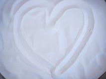 Símbolo dos corações na areia branca Foto de Stock Royalty Free