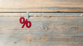 símbolo dos por cento no fundo de madeira Imagens de Stock Royalty Free